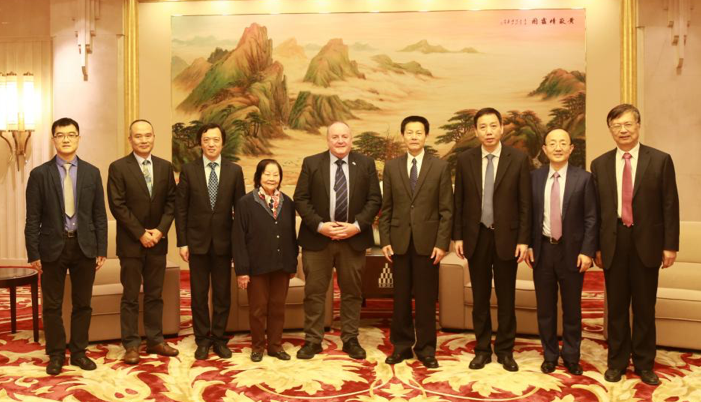 A group photo of SKA Director-General Prof. Phil Diamond with Shanghai Deputy Mayor Qing Wu and other attendees of the meeting.